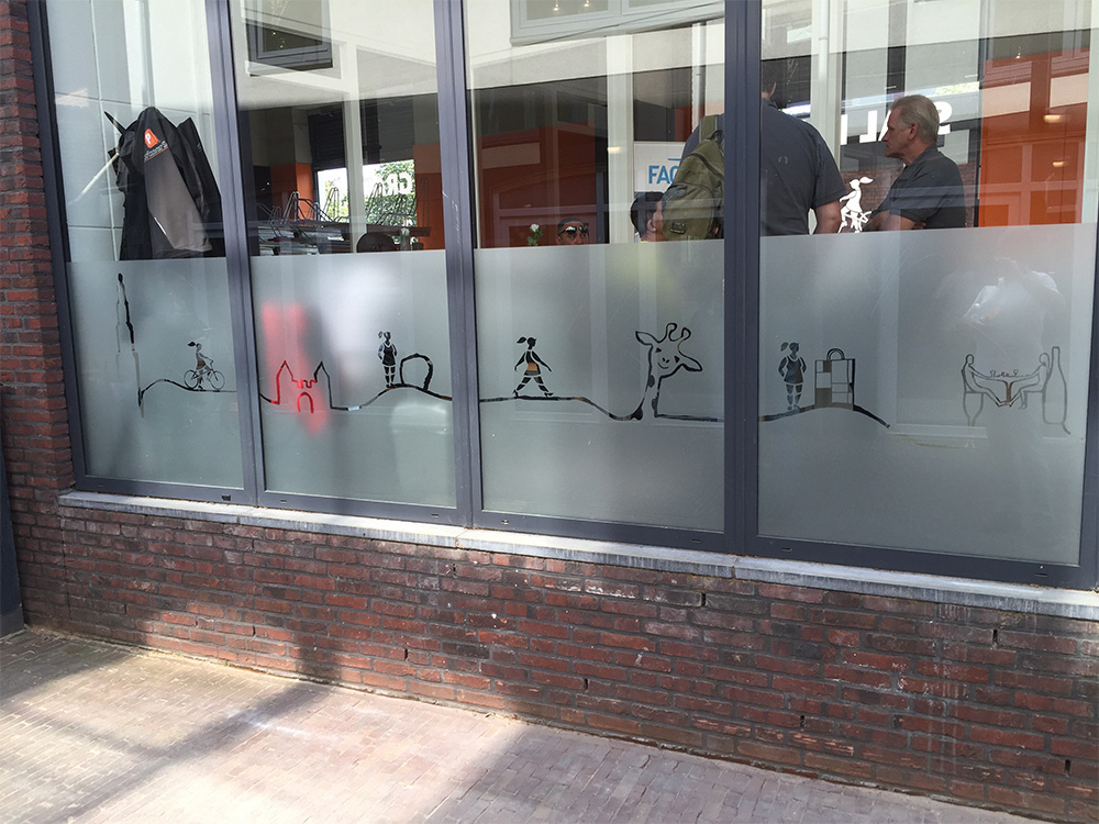 Nieuwe raam belettering voor de nieuwe fietsenstalling in Amersfoort